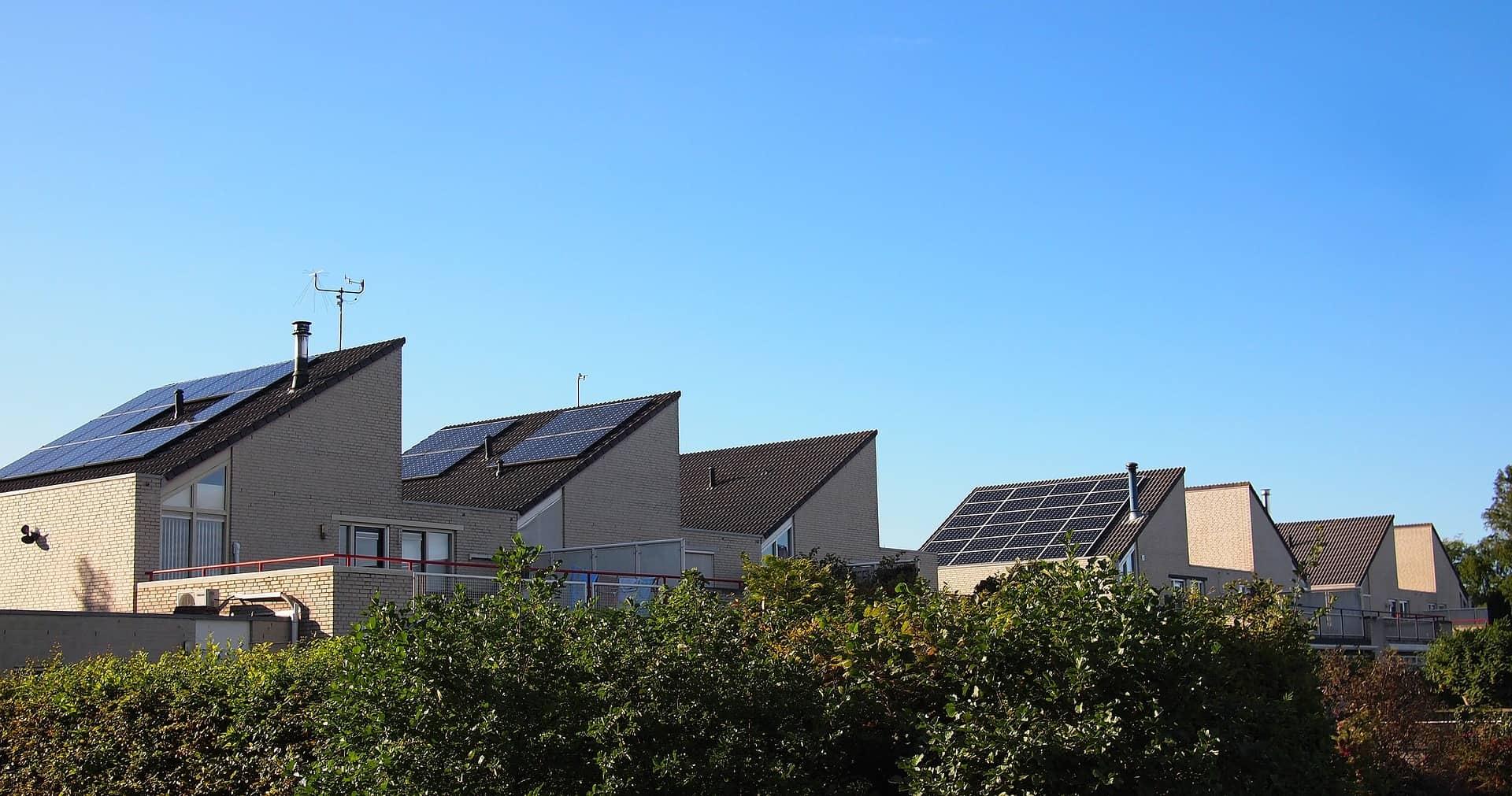 Daken met zonnepanelen in Almere